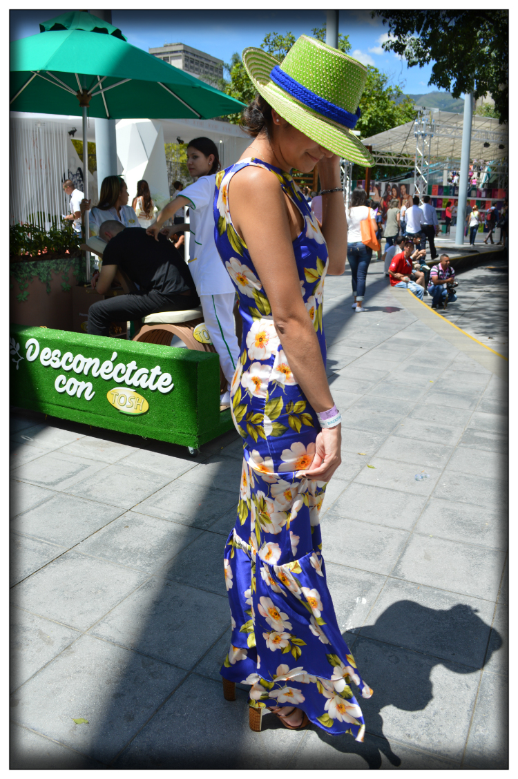 streetstyle-kolumbien-mode-flowers-prints-sommer-farben-kolumbianisches-design-mariposa-fashion-blog